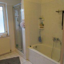 Eigentumswohnung in Kassel-Baunatal - Bad mit Dusche und Badewanne